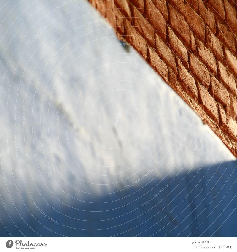 blaustein Farbfoto Menschenleer Textfreiraum links Textfreiraum Mitte Schatten Kontrast Häusliches Leben Haus Hausbau alt rot Backstein Wand Mauer Lichtkegel