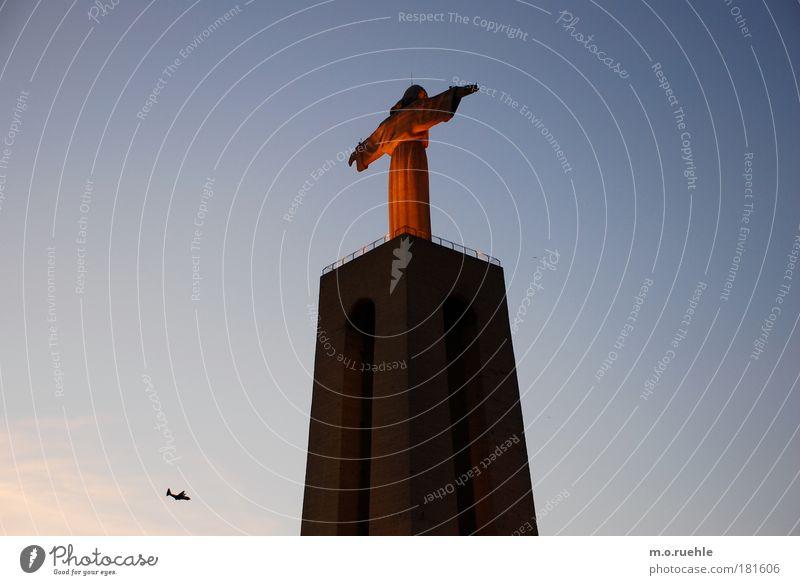 cristo rei Farbfoto Außenaufnahme Menschenleer Textfreiraum oben Abend Dämmerung Licht Silhouette Starke Tiefenschärfe Kunstwerk Lissabon Portugal Europa