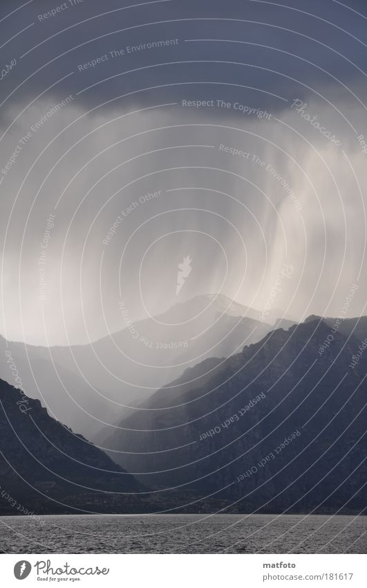 Gewitterregen Außenaufnahme Menschenleer Textfreiraum unten Abend Schatten Silhouette Gegenlicht Weitwinkel Landschaft Urelemente Luft Wasser Himmel
