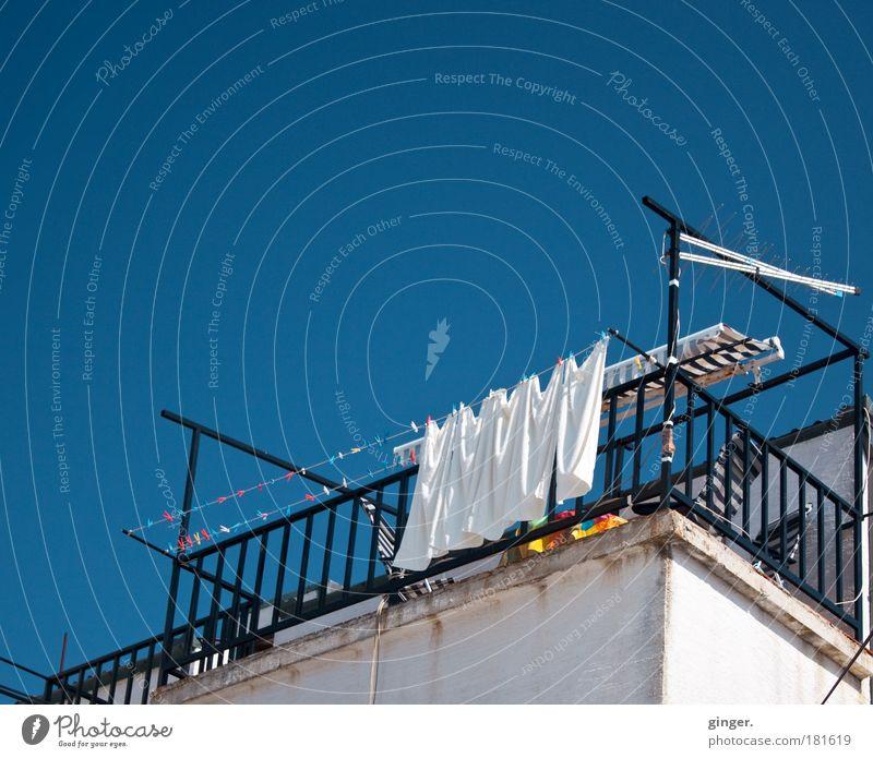 Waschtag Himmel blau weiß schwarz Haus Wand oben Architektur Mauer Gebäude hell Fassade Häusliches Leben Schönes Wetter Geländer Balkon