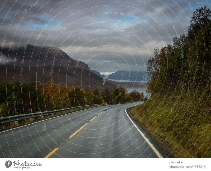 monoton | fahrn, fahrn, fahrn Himmel Natur Wasser Landschaft Wolken Wald Berge u. Gebirge Straße Wege & Pfade Herbst Freiheit Tourismus Horizont Freizeit & Hobby Geschwindigkeit beobachten