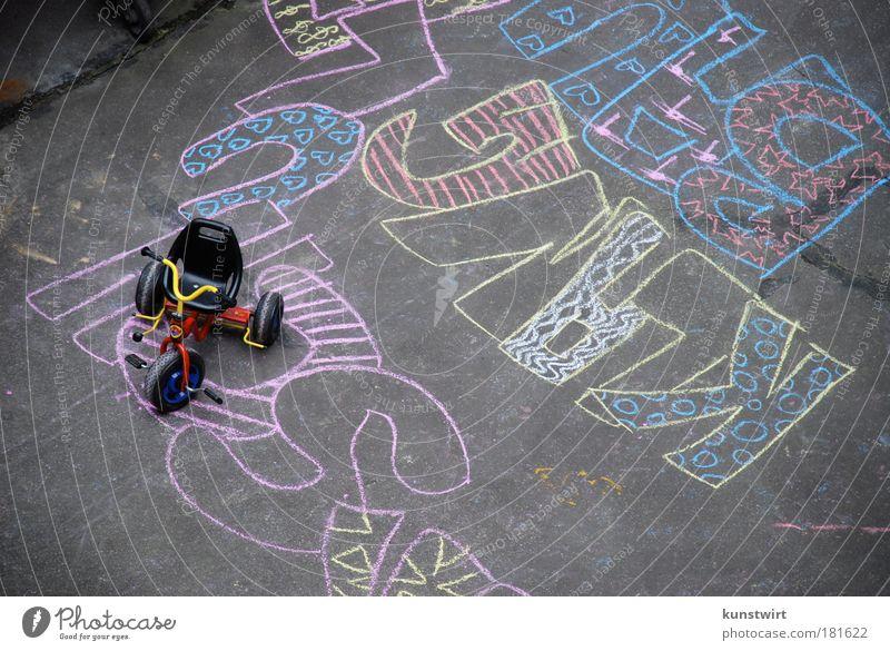 Moabit Hinterhof I Freude ruhig Graffiti Wege & Pfade Stimmung Kindheit Deutschland Feste & Feiern Perspektive Schriftzeichen Europa Kommunizieren Bildung