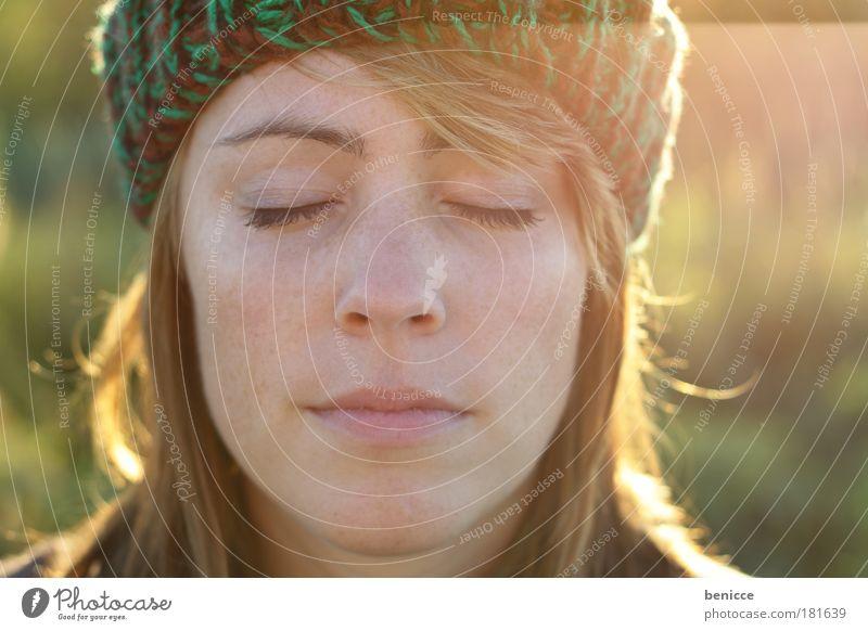Enjoy Frau Mensch Natur Jugendliche Sonne Winter Porträt Erholung Herbst Gesicht Denken schlafen geschlossen Nahaufnahme Mütze nachdenklich