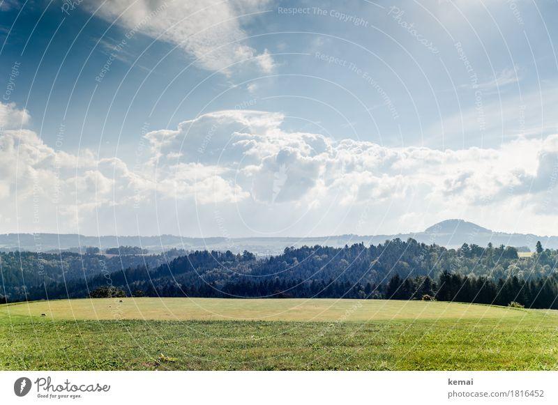 Wald und Flur Himmel Natur blau grün Sonne Baum Landschaft Wolken ruhig Ferne Wald Berge u. Gebirge Umwelt Leben Herbst Gras