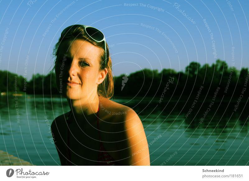 Lass uns die letzte Wärme genießen! Frau Natur Jugendliche Wasser schön Baum Sonne Pflanze Gesicht ruhig Erholung feminin Freiheit Kopf See Landschaft