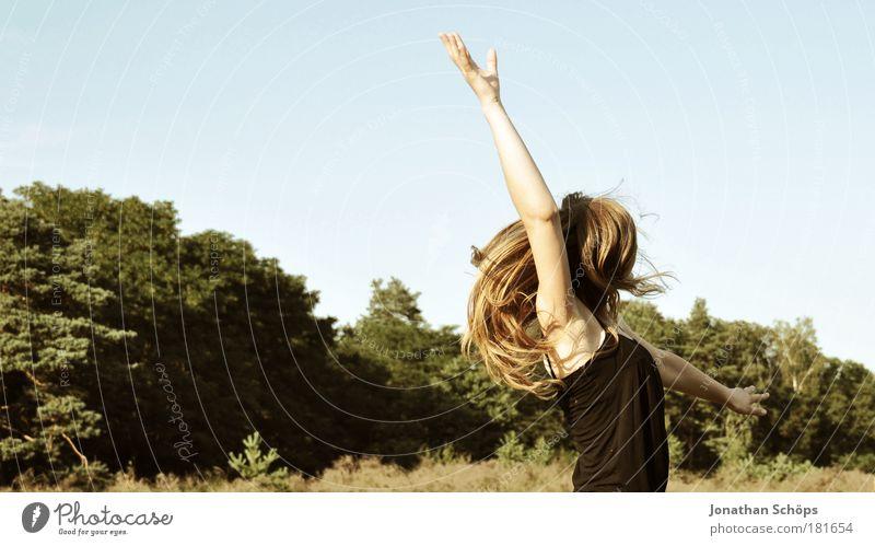 Frau springt in der Natur hoch Lifestyle Freude Glück Leben Freizeit & Hobby Spielen Mensch feminin Junge Frau Jugendliche 1 18-30 Jahre Erwachsene Gefühle