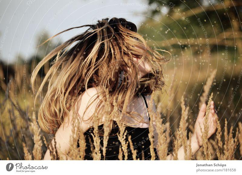 Tanz im Felde – Frau schüttelt Haare im Feld Farbfoto Außenaufnahme Licht Sonnenlicht Schwache Tiefenschärfe Oberkörper Lifestyle elegant Stil Freude Glück