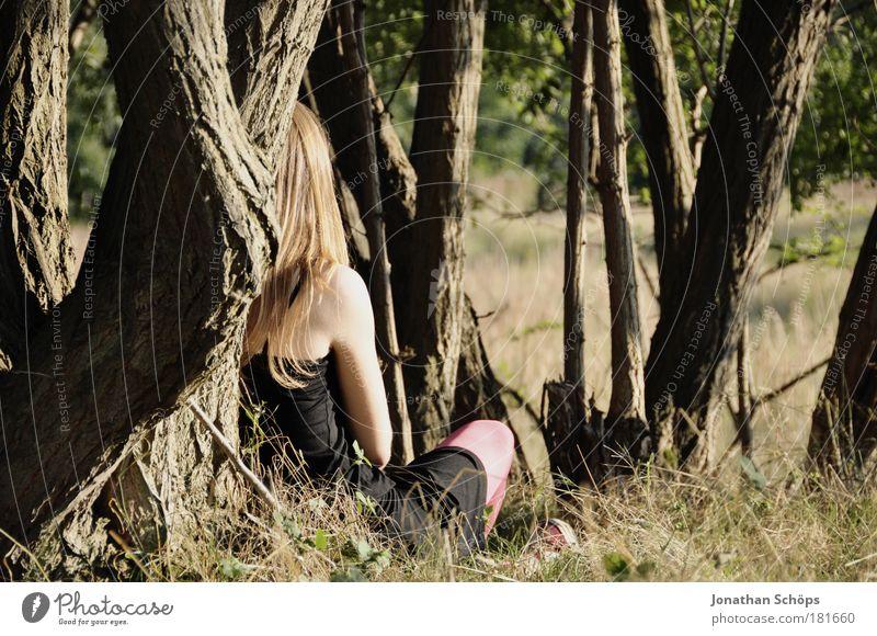 junge Frau sitzt im Top am Baum in Sonne Rückansicht Farbfoto Außenaufnahme Schatten Kontrast Sonnenlicht Wegsehen Mensch feminin Junge Frau Jugendliche 1