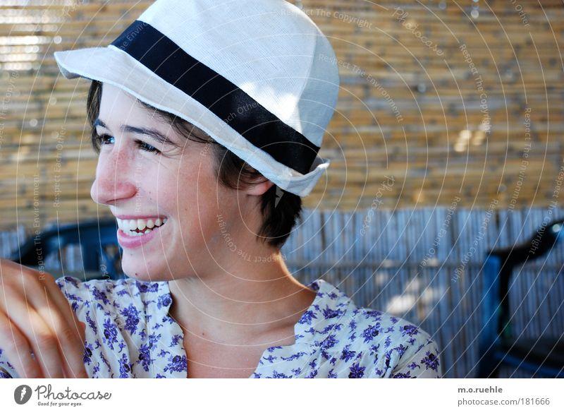 alice Farbfoto Außenaufnahme Textfreiraum links Textfreiraum rechts Tag Porträt Oberkörper Halbprofil Wegsehen Zwinkern Mensch feminin Junge Frau Jugendliche
