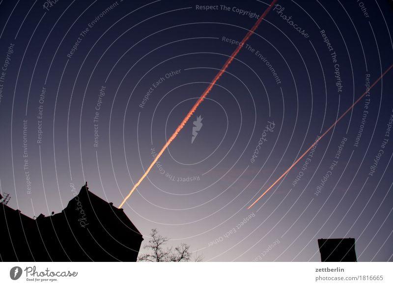 Flugverkehr Himmel Nacht Abend Dämmerung Abenddämmerung Nachthimmel Kondensstreifen Flugzeug Spuren Streifen Haus Dach Textfreiraum Neigung Linie 2 Paar