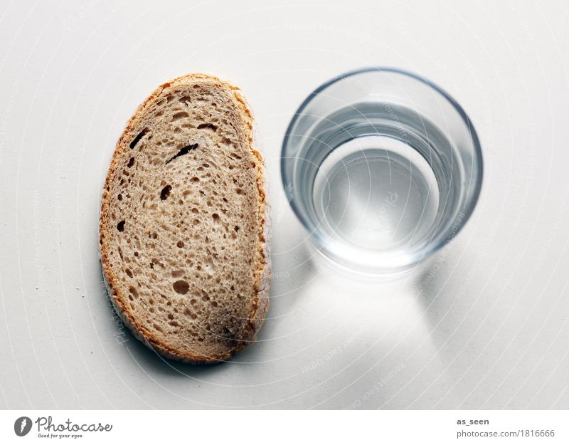 Wasser und Brot Lebensmittel Ernährung Vegetarische Ernährung Diät Fasten Getränk Wasserglas Mineralwasser Glas ruhig Fastenzeit liegen stehen authentisch
