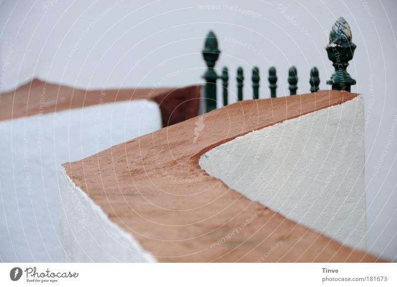 geschlossene Gesellschaft Farbfoto Außenaufnahme Abend Traumhaus Architektur Mauer Wand Garten einzigartig Schutz Einsamkeit geheimnisvoll Perspektive Trennung