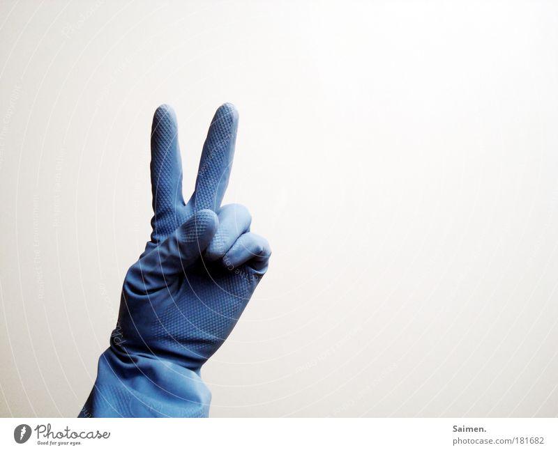 peace baby! Farbfoto Gedeckte Farben Innenaufnahme Textfreiraum rechts Licht Hand Finger Freude Glück friedlich Hoffnung Frieden blau Zeichen gestikulieren