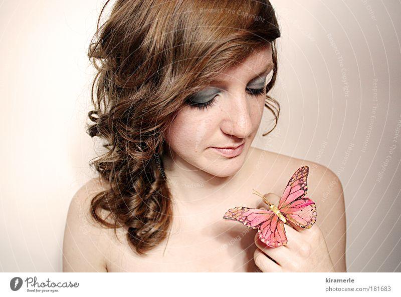 dreams of you and me Farbfoto Zentralperspektive Wegsehen feminin Junge Frau Jugendliche 1 Mensch brünett rothaarig Locken Schmetterling beobachten berühren
