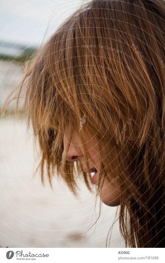 gemähnt Mensch Jugendliche Erwachsene feminin Haare & Frisuren Kopf blond Junge Frau ästhetisch 18-30 Jahre einzeln langhaarig Bildausschnitt Anschnitt Haarsträhne zerzaust