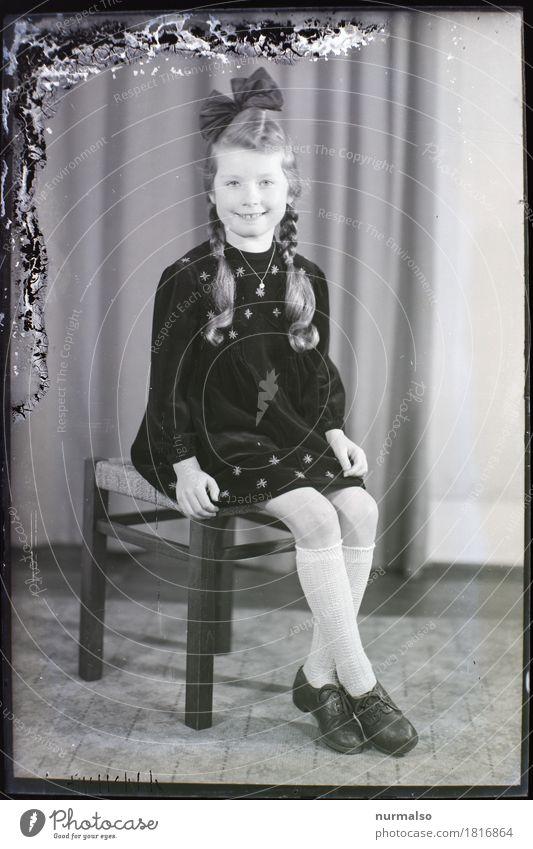 Archiv Stil Mensch feminin Mädchen Schwester Kopf Haare & Frisuren Zopf 8-13 Jahre Kind Kindheit porträtfotograf Mode Rock Strümpfe Schleife alt entdecken