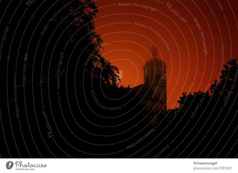 Götterdämmerung Farbfoto Außenaufnahme Menschenleer Textfreiraum links Nacht Licht Schatten Kontrast Silhouette Lichterscheinung Kirche Bauwerk Gebäude