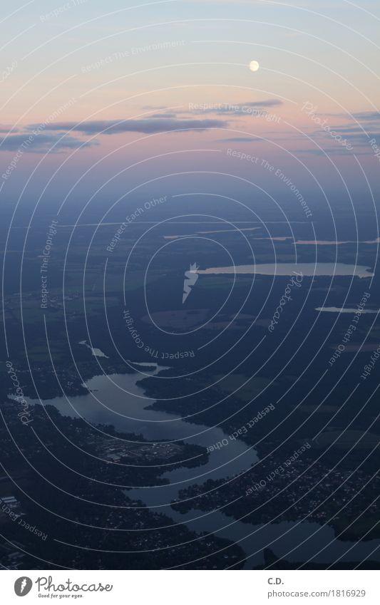 zwischen Himmel und Erde Landschaft Wolken Horizont Mond Schönes Wetter Unendlichkeit blau grün violett Luftaufnahme Vogelperspektive See Wohnsiedlung Farbfoto
