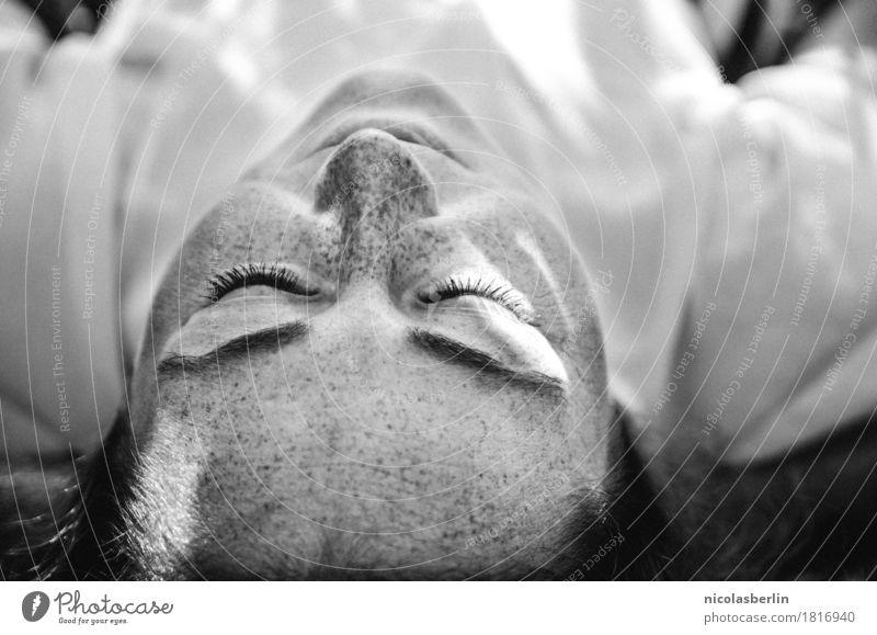 Junge Frau liegt auf Boden und Träumt schön Gesundheit Wohlgefühl Zufriedenheit Sinnesorgane Erholung ruhig Flirten feminin Jugendliche Leben Gesicht 1 Mensch