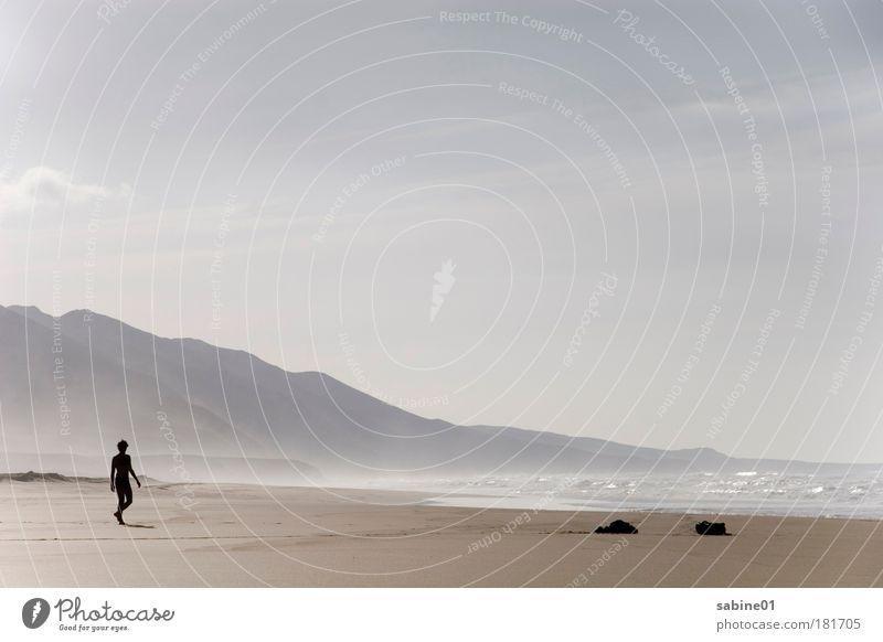 Strandwanderung Mensch Himmel blau Wasser Ferien & Urlaub & Reisen Meer Strand Erwachsene Wärme Gefühle Freiheit Küste Sand Stein Luft gehen