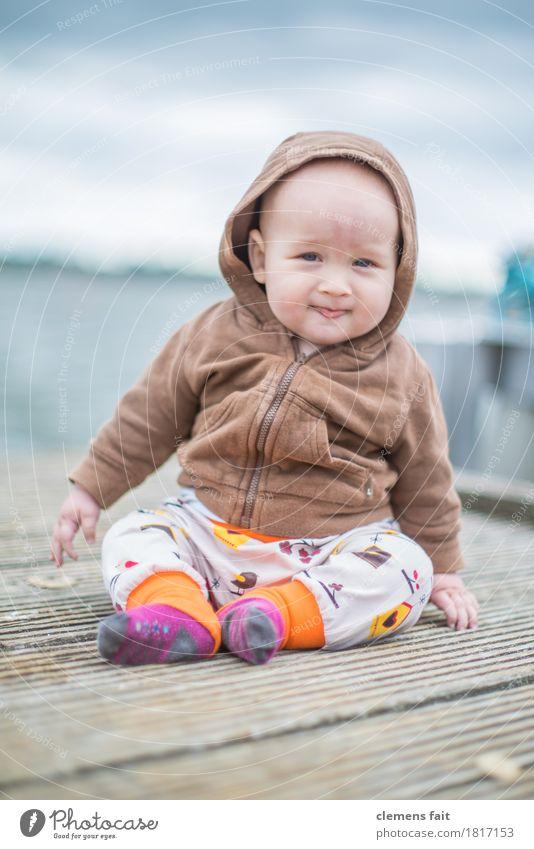 Familienglück Baby Außenaufnahme Steg Wasser Familie & Verwandtschaft Kind sitzen bedeckt braun Blick unschuldig