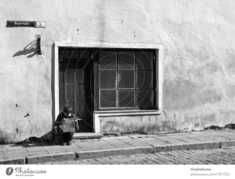 Tallinn Mensch Ferien & Urlaub & Reisen weiß Haus Ferne Fenster schwarz Wand Leben Mauer grau maskulin Tür sitzen lesen Gelassenheit