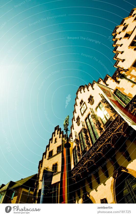 Römer Himmel Stadt Sommer Architektur Fassade Perspektive Skyline Frankfurt am Main Main Wahrzeichen Schönes Wetter Gotik steil Textfreiraum