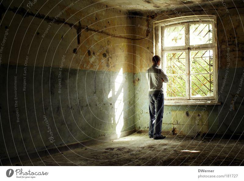 hinter Gittern III Mensch kalt Fenster Wand Traurigkeit Gefühle Innenarchitektur Mauer Architektur Gebäude Stein träumen maskulin Wohnung dreckig Häusliches Leben