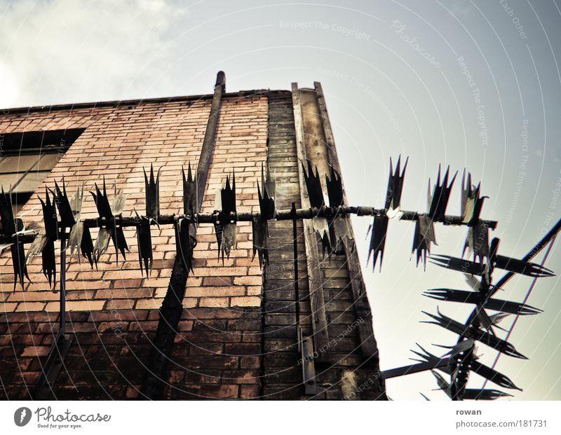 einbruchsicher Haus Wand Mauer Gebäude Architektur Fassade Sicherheit Fabrik Schutz Spitze Backstein Bauwerk Dieb Industrieanlage stachelig