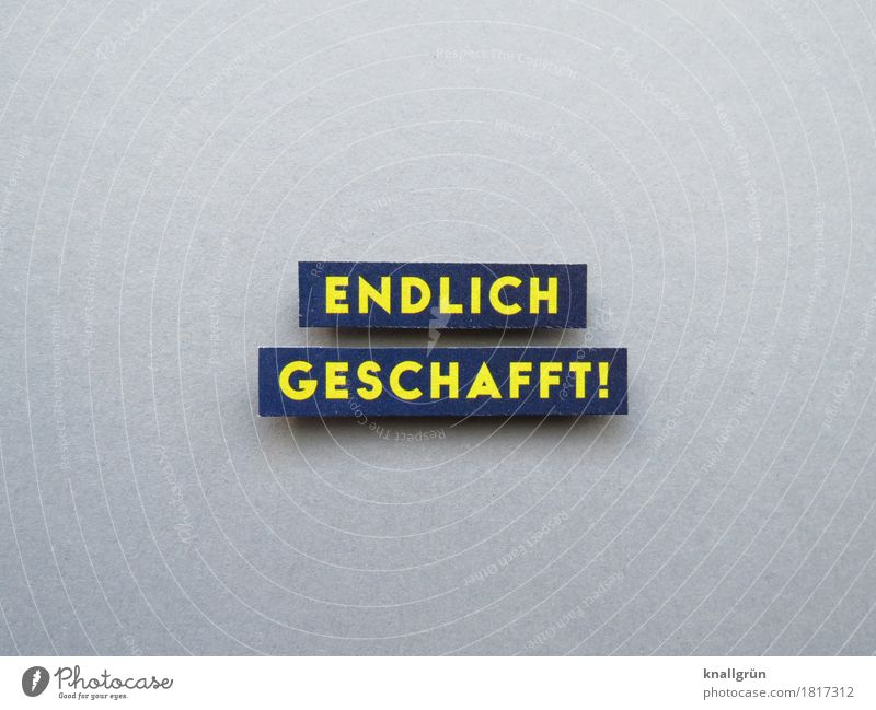 ENDLICH GESCHAFFT! Schriftzeichen Schilder & Markierungen Kommunizieren eckig blau gelb grau Gefühle Stimmung Freude Glück Zufriedenheit Lebensfreude