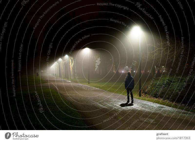 Einsame Person geht auf beleuchteter Straße in der dunklen Nacht alleine angst ängstlich furcht fürchten kind seltsam dunkel dunkelheit depression depressiv