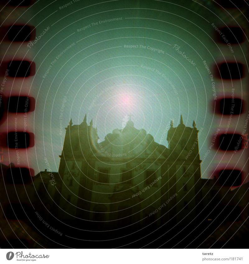 Licht im Dunkeln alt grün Sonne Sommer dunkel Religion & Glaube Fassade Hoffnung Kirche Kreuz historisch Sehenswürdigkeit Portugal unheimlich Endzeitstimmung