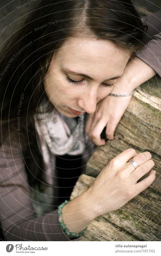 . Frau Mensch Jugendliche schön Einsamkeit Leben Gefühle Holz träumen Traurigkeit Denken Stimmung warten Erwachsene maskulin authentisch