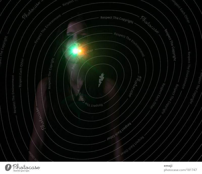 AAH Farbfoto Außenaufnahme Studioaufnahme Experiment Textfreiraum rechts Textfreiraum oben Hintergrund neutral Nacht Kunstlicht Lichterscheinung Oberkörper