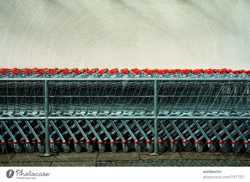 Binnennachfrage Markt Metall Ladengeschäft Metallwaren fantastisch Stahl Reihe Parkplatz Gitter Textfreiraum Warteschlange Supermarkt Einkaufswagen Konsum Gier schlangenförmig
