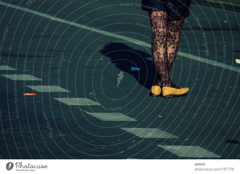 Warten Stil feminin Junge Frau Jugendliche Beine Fuß 1 Mensch Straße Strumpfhose Schuhe stehen warten elegant trendy einzigartig gelb Vorfreude schön Sehnsucht