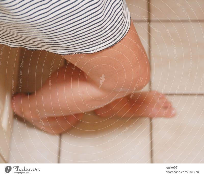 Nachts in die Küche Farbfoto Innenaufnahme Detailaufnahme Kunstlicht Schwache Tiefenschärfe Vogelperspektive Frau Erwachsene Beine Fuß 1 Mensch Unterwäsche