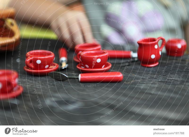 Einladung zum Tee ... Mensch Kind Hand Mädchen Freude Erholung Gefühle Glück träumen Freundschaft Zusammensein Kindheit Kraft Zufriedenheit sitzen Spielzeug