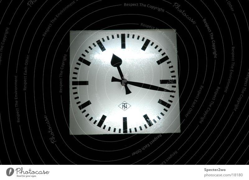 Time's running Zeit Verkehr Eisenbahn Uhr Bahnhof Uhrenzeiger
