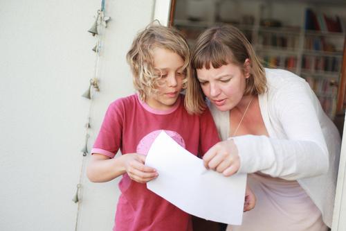 403 [school project] Häusliches Leben Bücherregal Kindererziehung Bildung lernen Schulkind sprechen Team Junge Junge Frau Jugendliche Mutter Erwachsene