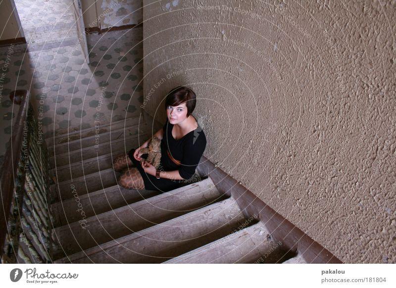 melancholie Mensch Jugendliche Erwachsene Haus feminin Wand Holz Haare & Frisuren Gebäude Traurigkeit Mauer Kindheit Frau Strümpfe Beton Treppe