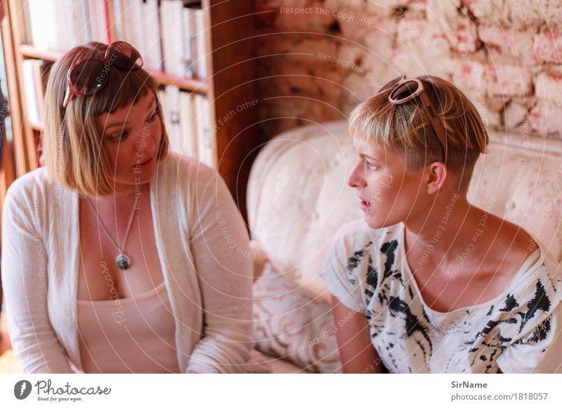 405 [conversation] Lifestyle schön Wohnung Sofa sprechen Feierabend feminin Junge Frau Jugendliche Weiblicher Senior Freundschaft Leben 2 Mensch 18-30 Jahre