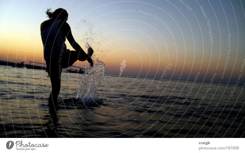 Tsunami-Verteidigerin Farbfoto Gedeckte Farben Außenaufnahme Abend Schatten Silhouette Reflexion & Spiegelung Ganzkörperaufnahme Rückansicht Wegsehen feminin
