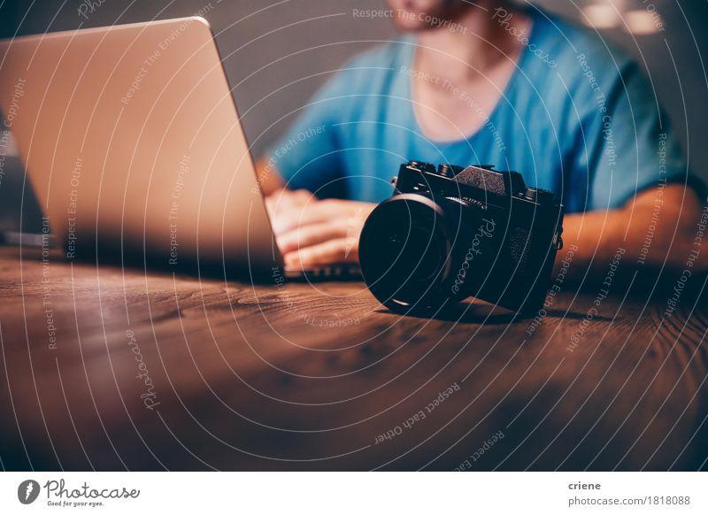 Mensch Mann Erwachsene Lifestyle Arbeit & Erwerbstätigkeit Freizeit & Hobby Büro Technik & Technologie Computer Fotografie Beruf Internet trendy Fotokamera Notebook Bildschirm