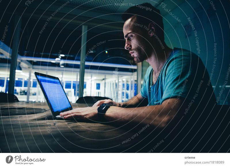 Jugendliche Junger Mann 18-30 Jahre Erwachsene Lifestyle Business Arbeit & Erwerbstätigkeit Büro modern Technik & Technologie Computer lernen Beruf Internet Konzentration Karriere