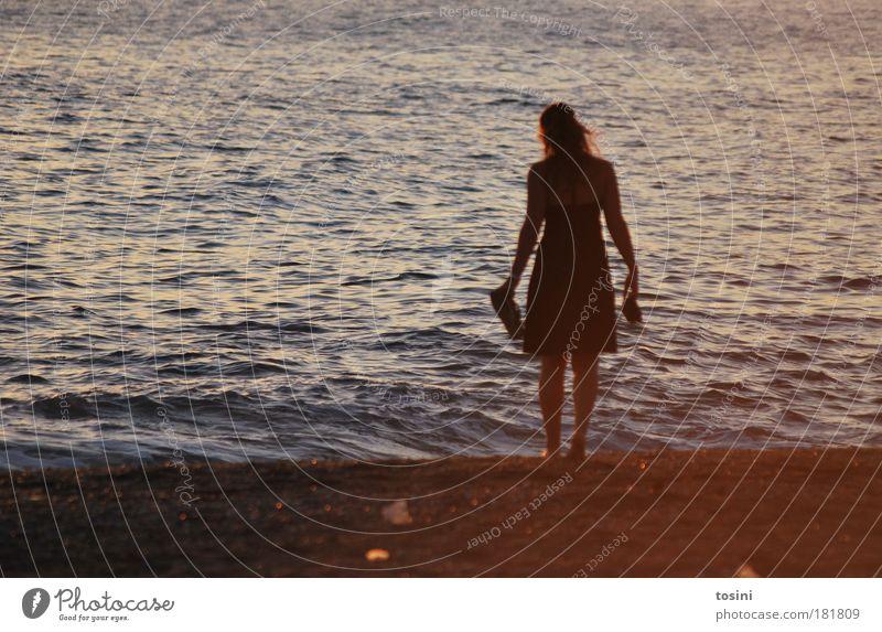 Fernweh Mensch Natur Jugendliche Wasser Ferien & Urlaub & Reisen Meer Sommer Strand Einsamkeit Ferne Erholung feminin dunkel Umwelt Sand Wellen