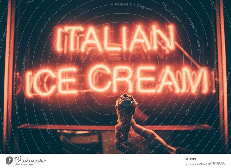 Brettzeichen, das italienische Eiscreme mit der Hand hält Eiscreme sagt Lebensmittel Milcherzeugnisse Dessert Speiseeis Süßwaren Essen Sommer tragen hell