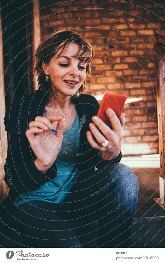 Frau Freude Erwachsene Senior Lifestyle Business Büro modern Technik & Technologie Telekommunikation Lächeln Weiblicher Senior Telefon Internet Handy Informationstechnologie