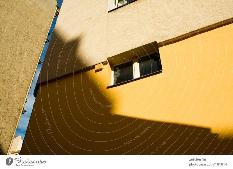 Unbekanntes Gebäude Himmel Haus Fenster Freiheit Architektur Fassade Furche Hinterhof Spalte Mieter Hof Gletscherspalte Stadthaus Vermieter Textfreiraum
