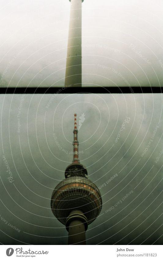 Fotonummer 137948 Wolken Berlin Architektur außergewöhnlich Turm rund retro Kommunizieren Bauwerk Kugel Wahrzeichen Sehenswürdigkeit Sightseeing Berliner Fernsehturm Fernsehturm